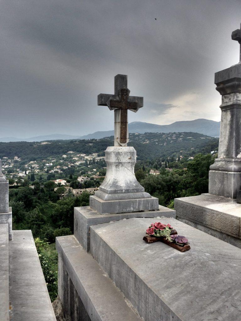 Sanotaan, että Ranskassa hautuumaat sijaitsevat kylän parhaalla paikalla. Näin ainakin Saint-Paul-de-Vencessä.