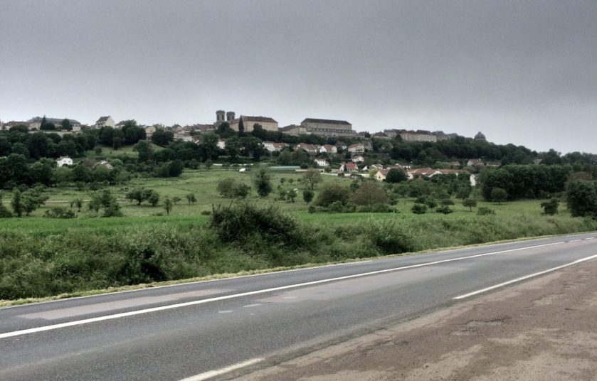 Langresin linnoituskaupunki matkalla kohti etelää.