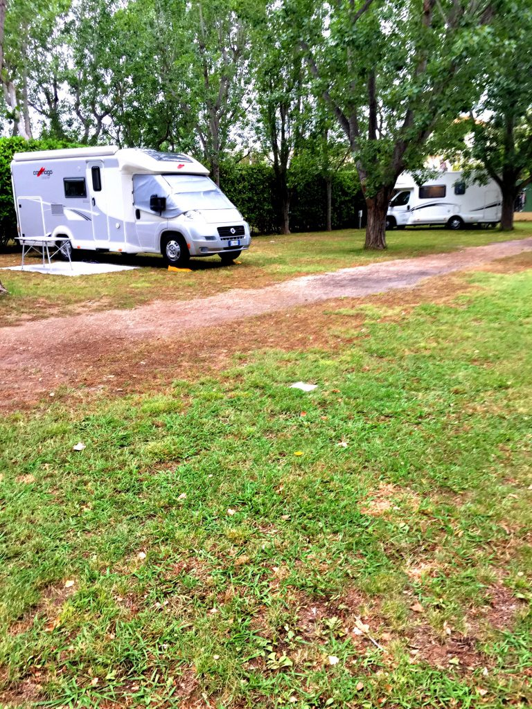 Camping des Treilles`llä Antibesissa oli rauhallista ja tilaa riitti.