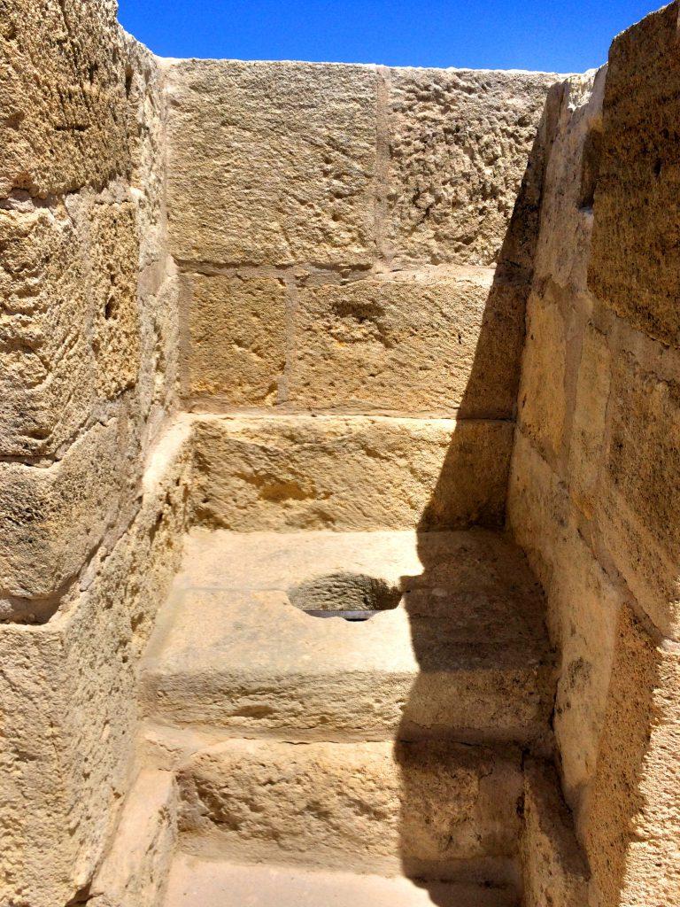 1000 vuotta vanha käymälä linnoituksessa.
