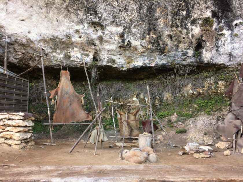 Rekonstruoitu madeleine-kulttuurin ihmisten leiri.