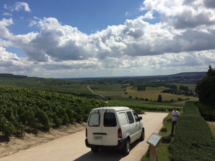 Edellisellä matka-autollamme Champagnen viinitarhojen keskellä.