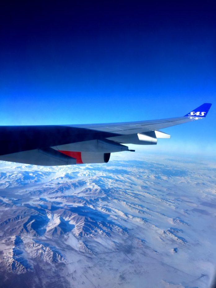 Paluulennolla Mongolian lumisten vuorten yllä.
