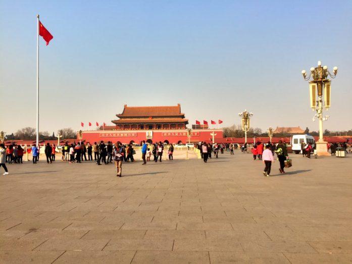 Johtaja Maon muotokuva näkyy kauas aukiollekin.