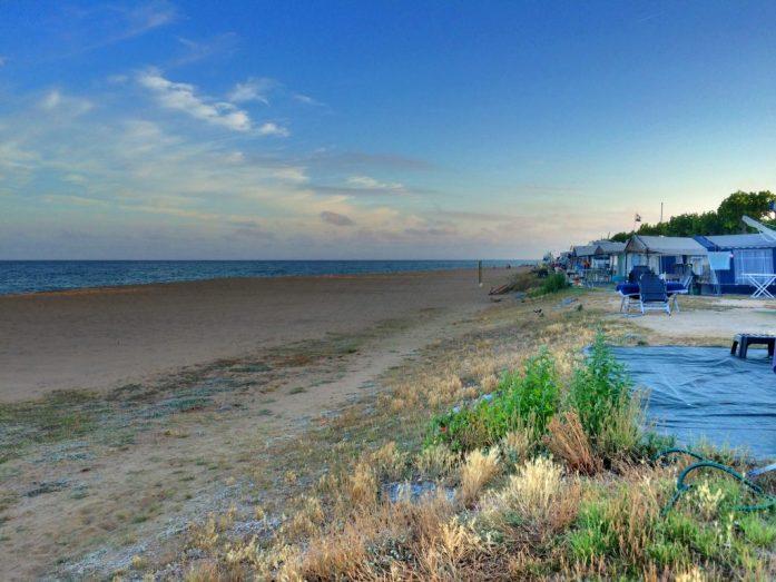Santa Susannan kämppäri oli vartioitu, mutta silti sinne rantaviivaa pitkin kulki kaupustelijoita aitojen raoista. Ylimääräinen varovaisuus ei ole koskaan pahasta.