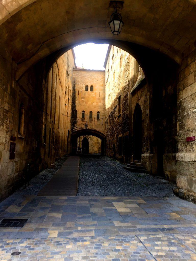 Matkalla keskusaukiolta katedraaliin voi piipahtaa vaikkapa arkeologisessa museossa tämän käytävän varrella.