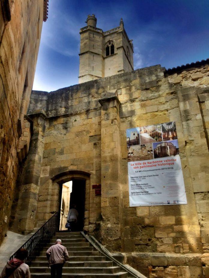 Ennen keskiaikaa katedraali sijaitsi kaupungin laidalla, mutta sittemmin sen ympärille rakennettiin niin paljon, että koko komeus jäi piiloon.