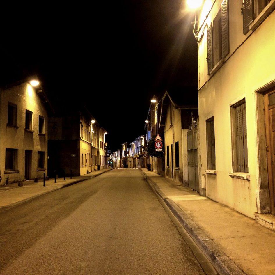 Lyonia ohittaessa poikkesimme reitiltä tankkaamaan Miribelin kylään, josta on upeat näkymät laaksoon.