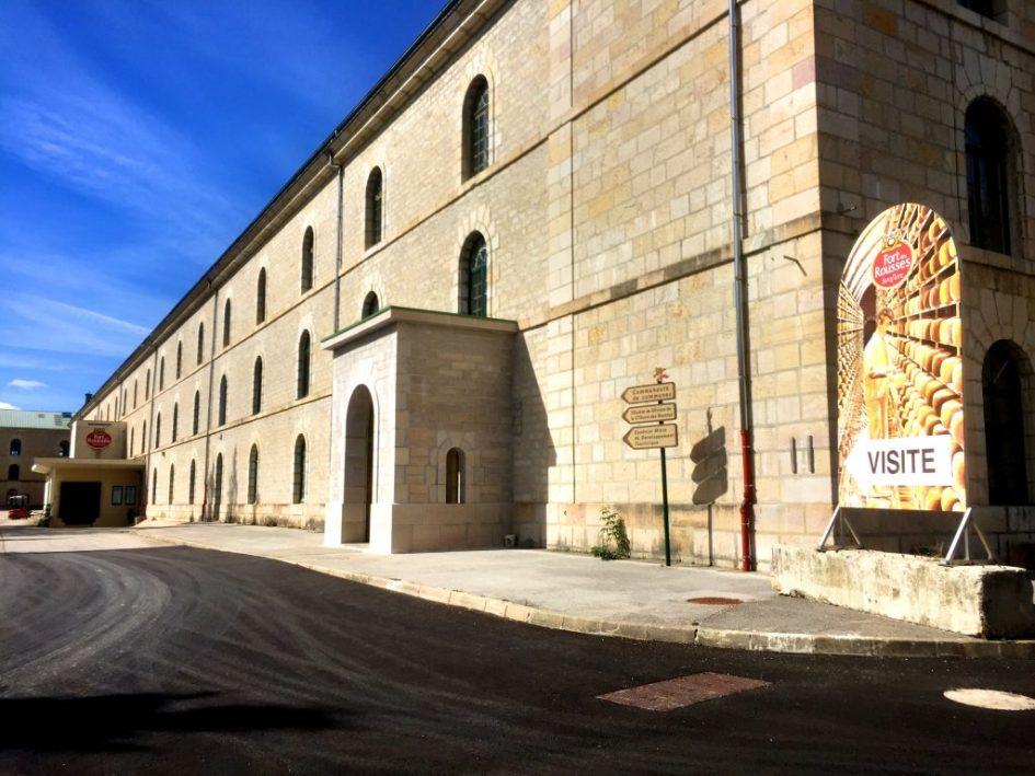 1800-luvulla rakennettu Fort des Roussesin linnoitus on valtava; 50 000 neliötä saleja ja gallerioita. Nykyisin tiloissa toimiikin erilaisia yhdistyksiä juustolan lisäksi.