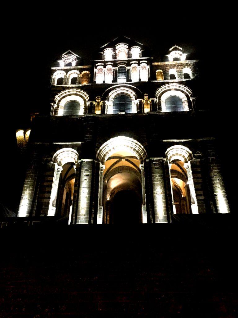 Notre-Damen katedraali kuuluu Santiago de Compostelan pyhiinvaellusreitin kohteisiin.