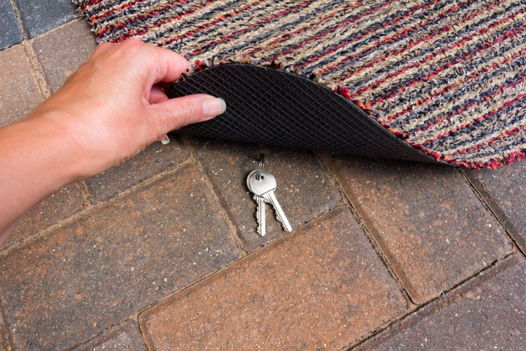 Evite deixar suas chaves embaixo do tapete