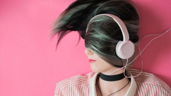 femme audio cheveux mode vent en poupe rose bonbon