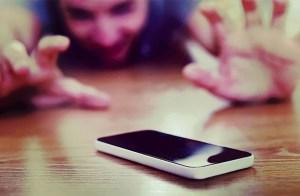 Enfant qui veut son téléphone