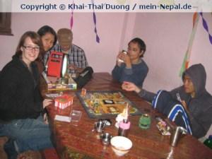 Bei Nepali Host Family sitzen Volontäre niemals alleine an Abenden herum.