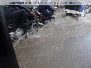 Überflutete Straßen während des Monsunregens (Foto: Khai-Thai Duong / mein-Nepal.de)