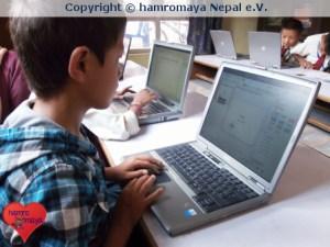 hamromaya Nepal e.V. stattete eine kleine Primärschule mit Laptops aus.