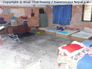 Der Schlafsaal in der Behindertenschule ist trostlos ausgestattet.