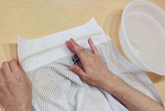 漂白剤と重曹をお湯に混ぜて襟元に塗る