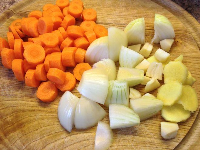 kleingeschnittenes Gemüse für Chicken Korma