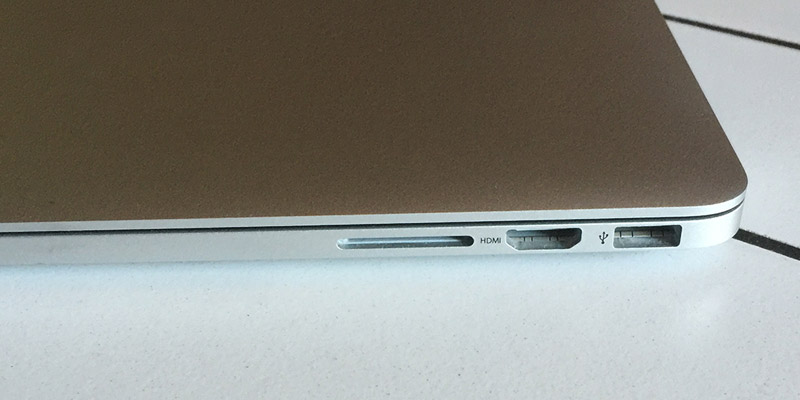 MacBook Pro Retina - Z levé strany čtečka karet, HDMI a USB 3.0