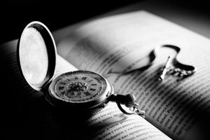 reloj_libro_b_w