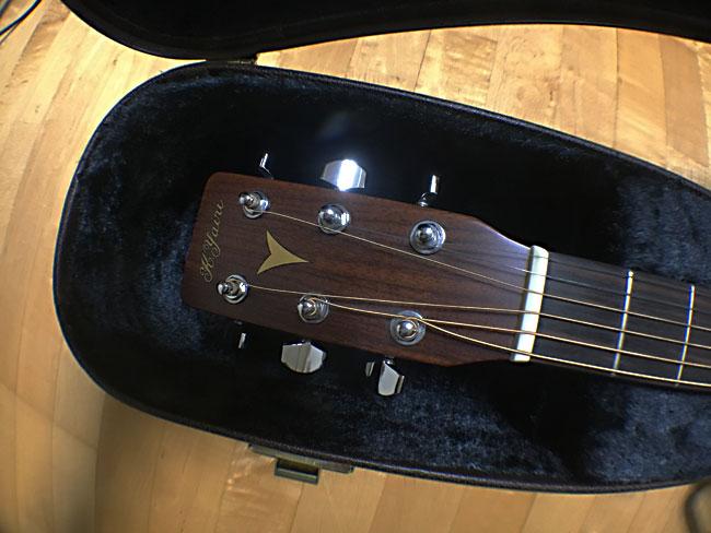 弦を緩めたギター
