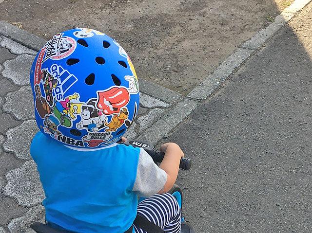ヘルメットにステッカーを貼って気分を高めた様子