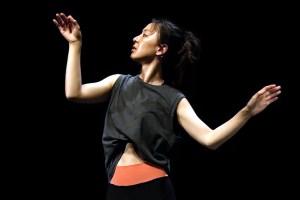 Newsletter N°48 - A woman in a black shirt - Photo Yvan Teulé - Modern dance