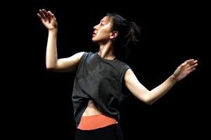 Newsletter N°48 - A woman in a black shirt - Photo Yvan Teulé - Modern dance