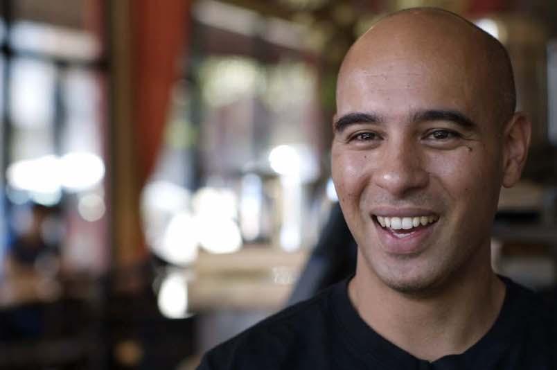 Digital Nomad Leo Babauta of Zen Habits In A Cafe
