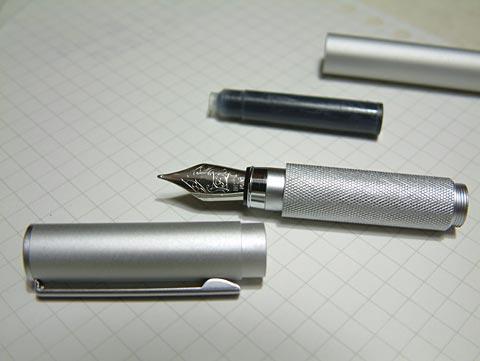 本体とインクが1本。インクはヨーロッパの共通タイプらしいです。