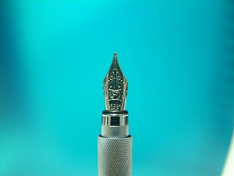 無印アルミ丸軸万年筆のペン先。ちょっと大きめでかっこいいw