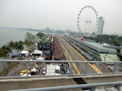 空港からホテルに向かう途中。F1のメイン会場が見えます。