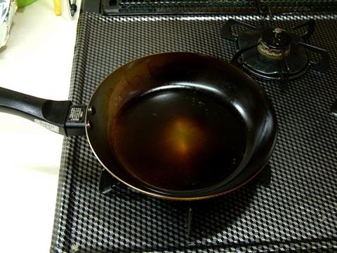 油ならし。フライパンを空焼き、油を入れて慣らす!