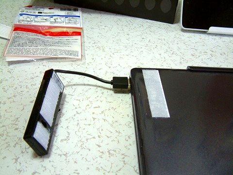 USBハブをタブレットの裏に貼り付ければ邪魔にならない!