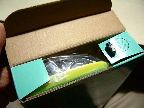 横から開けるタイプの箱。開けるといきなり なんか刺さってるw