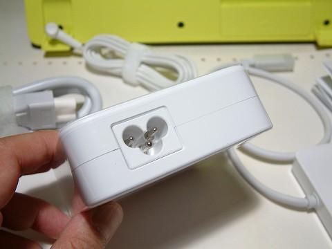 電源コードのコネクターは、俗に言うミッキータイプ。
