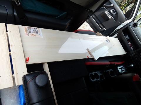 板材を買ってきて、簡易ベッドを作成中w