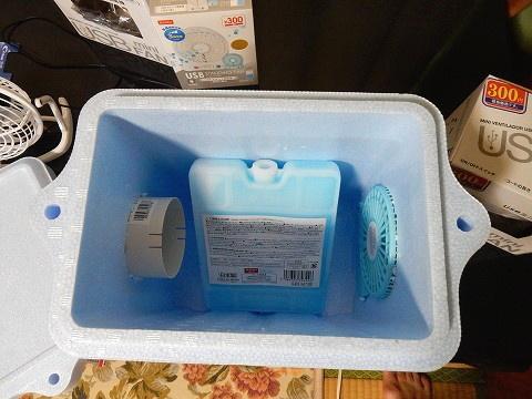 保冷剤を入れるとこんな感じ。