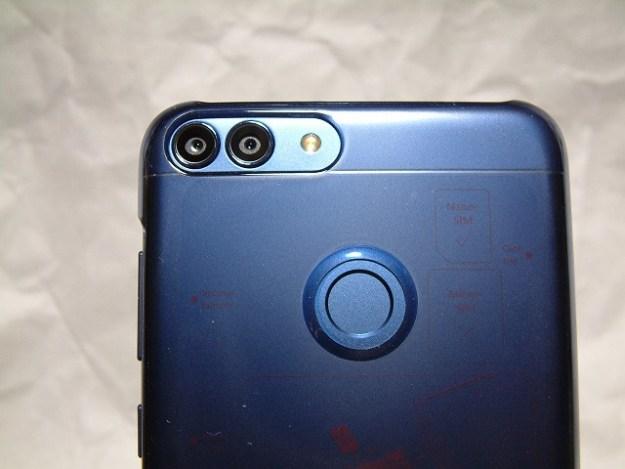 デュアルカメラ&指紋センサー。