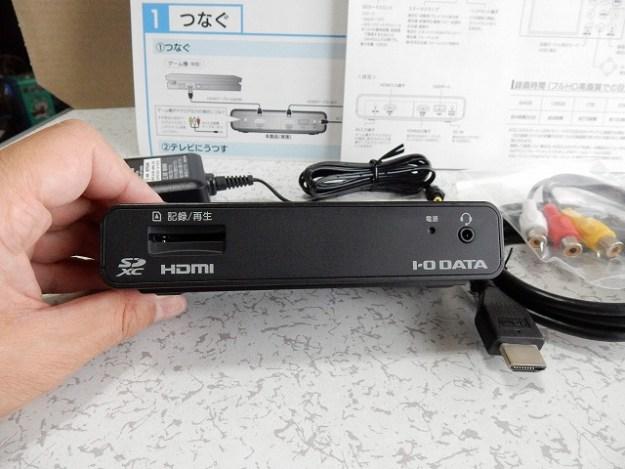 正面にSDカードスロット、ステータスLED、ヘッドセット接続ジャックが配置されています。