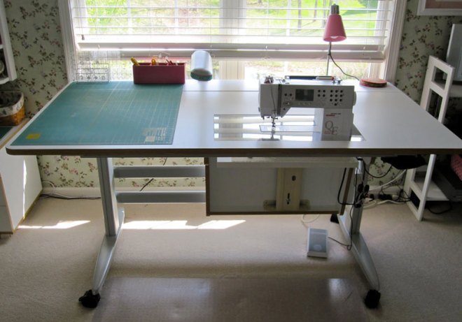 Horn-Hydrauylic-Lift-Sewing-Table
