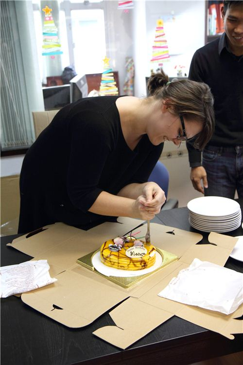 Bianca tries to cut the cake... she gave up after a minute