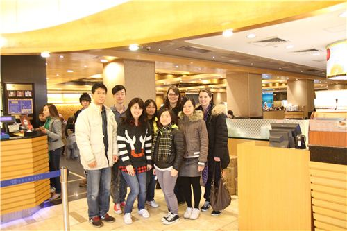 The whole modes4u team in front of the restaurant