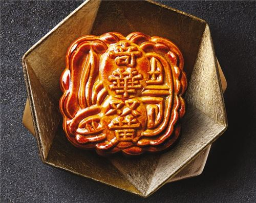 We can't stop staring at this supreme Moon Cake! Image courtesy of Kee Wah Bakery.