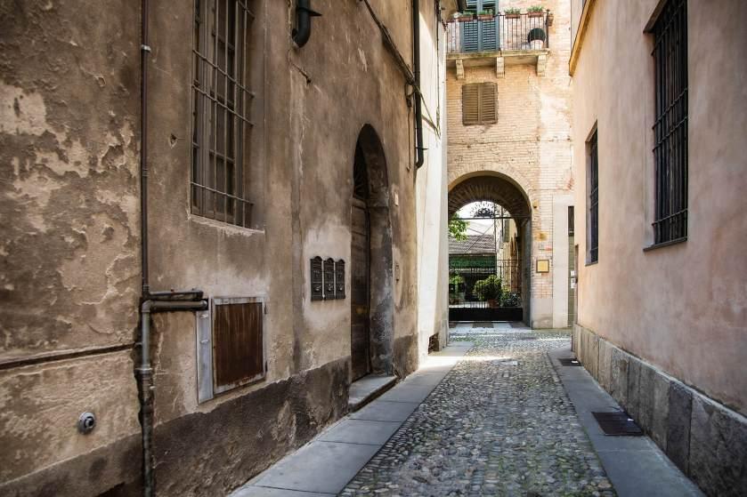 Il vicolo accanto a Piazza Duomo - Il luogo scelto per il ritratto di Raffaella