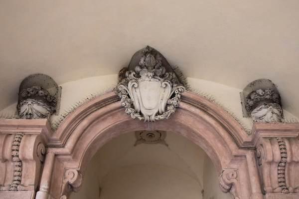 """Un dettaglio dei portici della Biblioteca di Crema, il luogo scelto da Sara per ambientare il suo ritratto per il progetto """"Donne di Crema"""" (C)Monica Monimix Antonelli"""