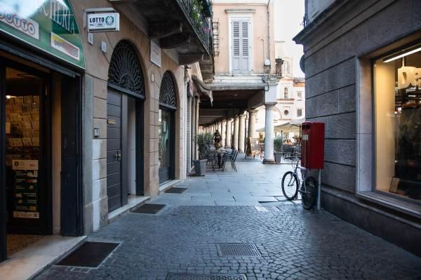 """La via Racchetti che porta alla Piazza Duomo a Crema (Cr), il luogo scelto per ambientare il ritratto di Jennifer per il progetto """"Donne di Crema"""" (C)Monica Monimix Antonelli"""