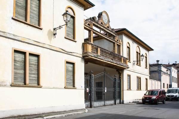 """Il cancello del complesso degli Ex Stalloni a Crema (Cr) il luogo scelto da Monica per il suo ritratto per il progetto """"Donne di Crema"""" (C)Monica Monimix Antonelli"""