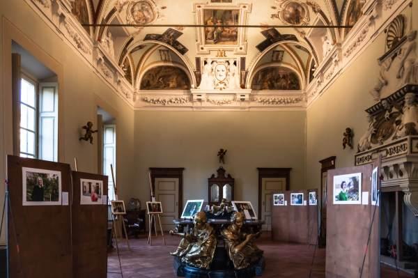 Donne di Crema esposte nel salone affrescato di Palazzo Zurla De Poli a Crema (Cr)